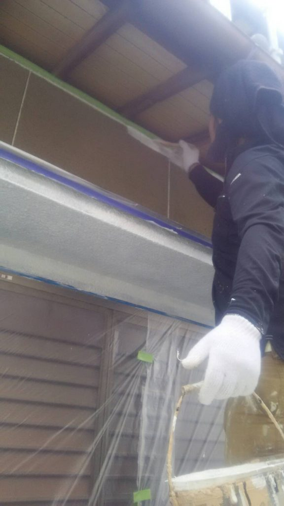岡山市中区H様邸 下塗り2回目アンダーフィーラーはけ塗り