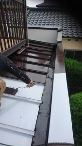 岡山市北区I様邸 部分塗装施工前 下屋根 中塗り