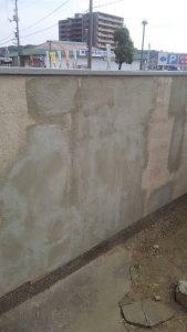 某企業様塀塗替え工事 モルタルで補修後