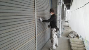 倉敷市某企業様 シャッター塗装前のペーパー刷り作業