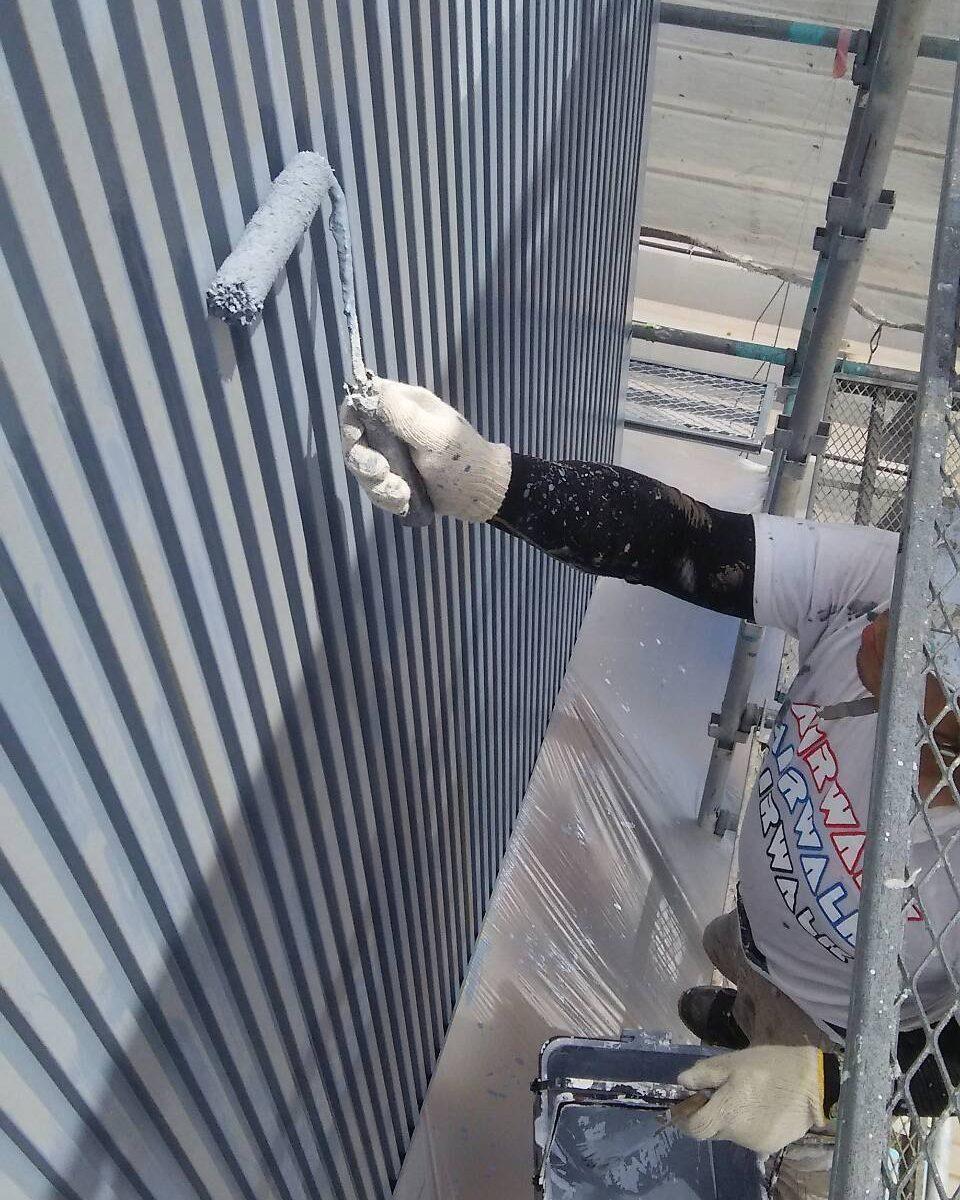 岡山県内某大型店舗様 外壁(角波型ガルバニウム銅板)ローラーにてエポキシ樹脂系下塗材塗装作業状況