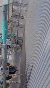岡山県内某大型店舗様 外壁型ガルバニウム銅板)刷毛にてエポキシ樹脂系下塗材塗装作業状況