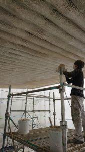 倉敷市某企業様 金属屋根裏結露防止効果塗料吹付け 施工中