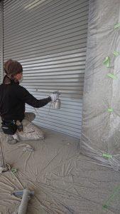 倉敷市某企業様 シャッター表面吹付け塗装 施工様子