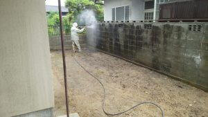 岡山県内 塀洗浄作業中 左面