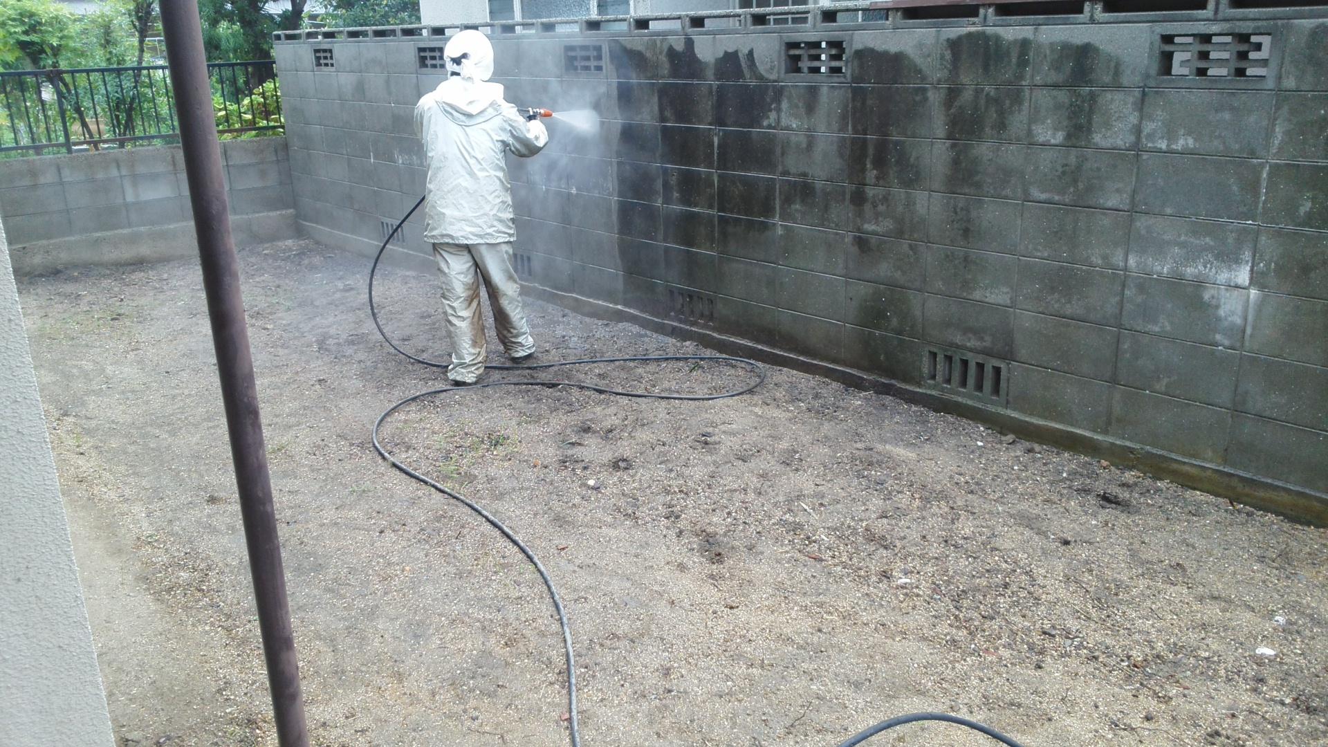 岡山県内 塀洗浄作業中 正面