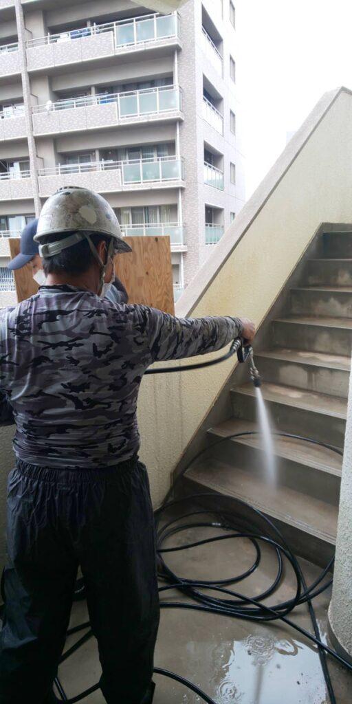 岡山市北区某ビル共用部塗装工事階段部の写真